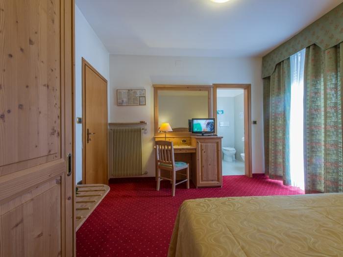 camera-classica-balcone-levico-terme-hotel-lucia.jpg