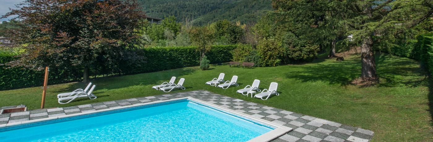 Hotel con piscina a levico terme e giardino esterno - Giardini con piscina ...