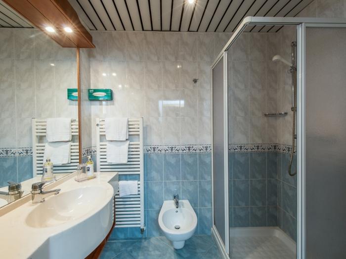bagno-deluxe-hotel-lucia-trentino.jpg